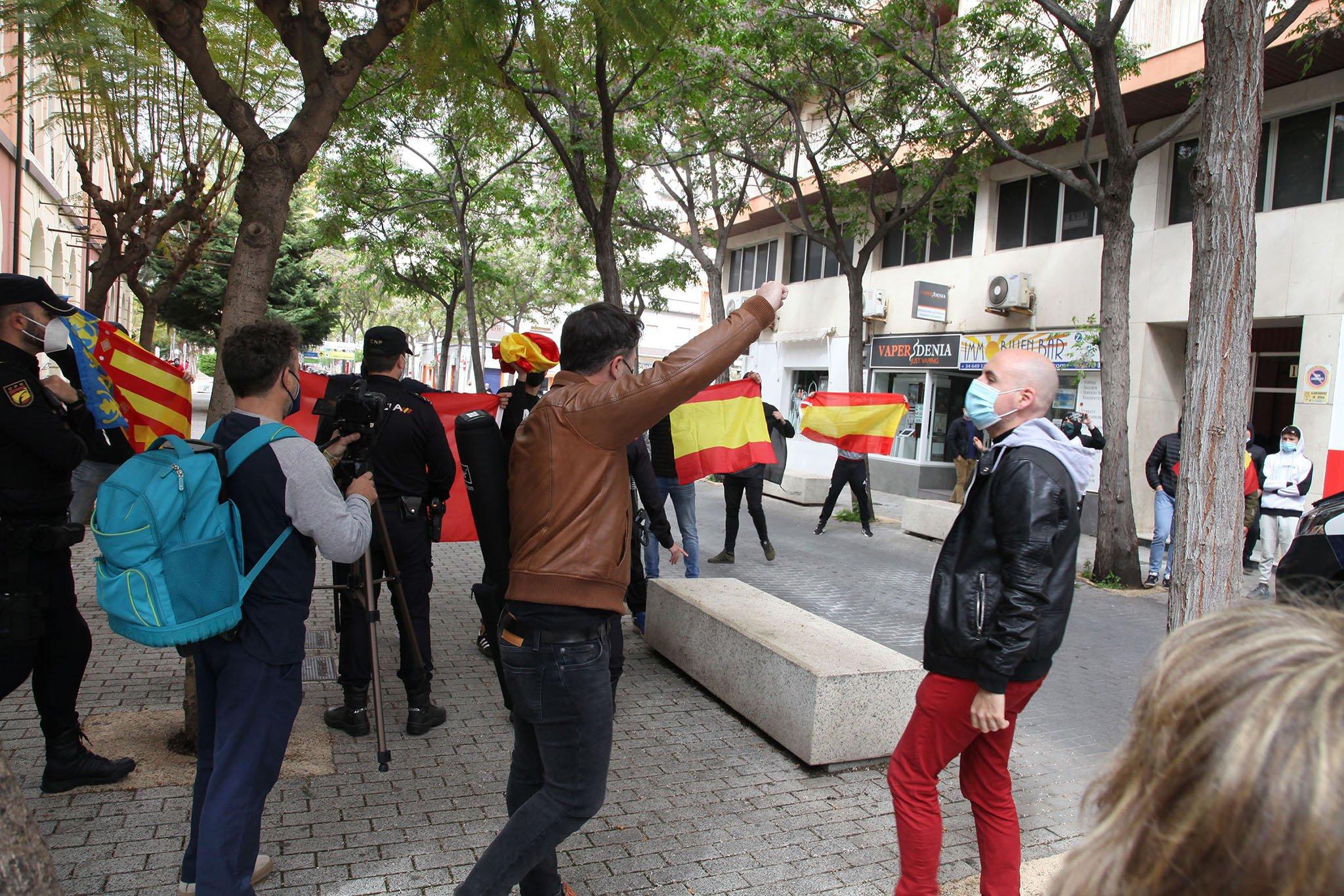 El portavoz del partido ERC frente a los ultras dispuestos en la entrada del Centre Social