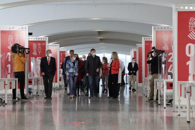 Imagen: El president de la Generalitat ha visitado el punto de vacunación masiva de València, situado en la Ciutat de les Arts i les Ciències