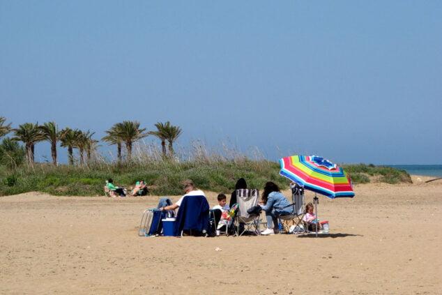 Imagen: Familia disfrutando de la playa de Dénia durante la pasada Pascua