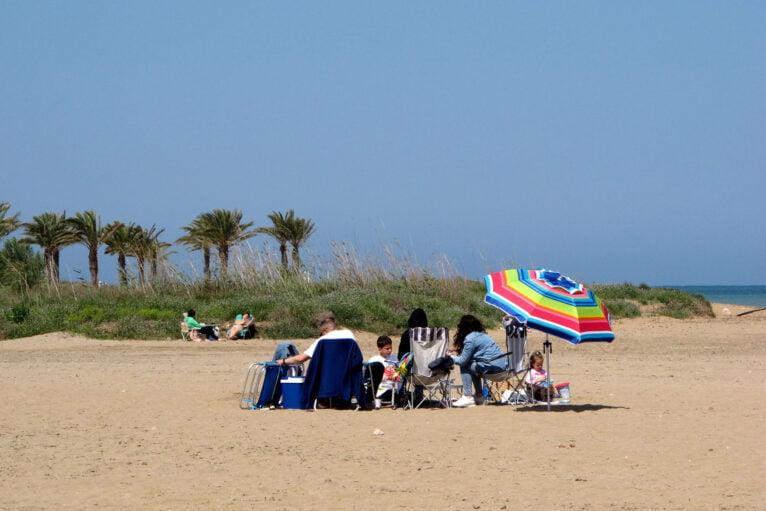 Familia disfrutando de la playa de Dénia durante la pasada Pascua