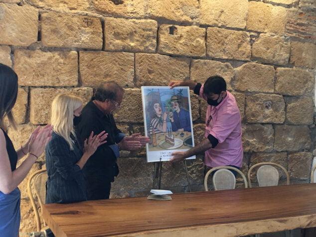 Imagen: Federico Cervera y Carla Fuentes destapando el cartel del segundo aniversario de Els Magazinos