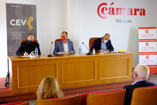 Imagen: Firma del convenio entre CEDMA y CEV