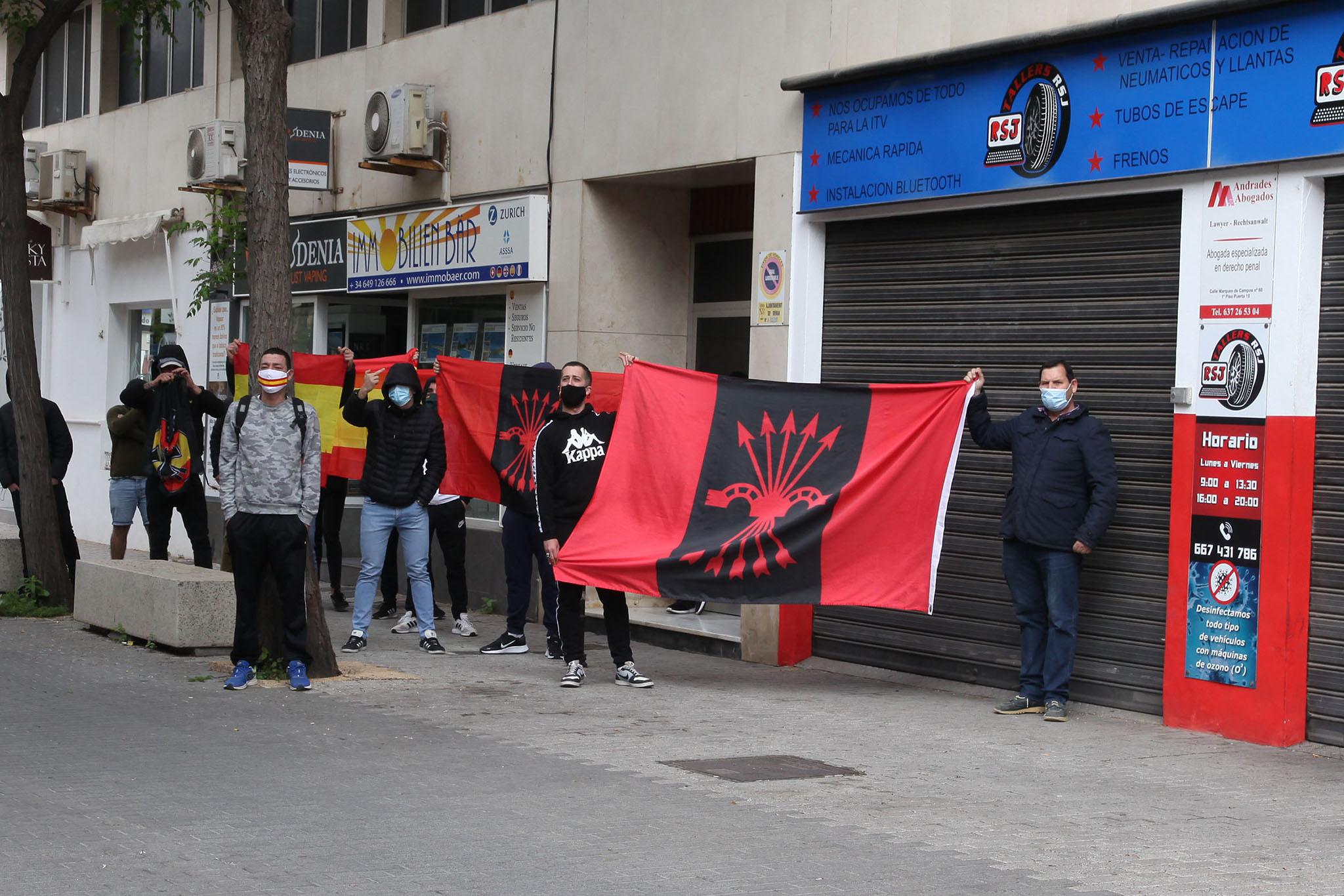 Grupo de ultras clamando contra el acto