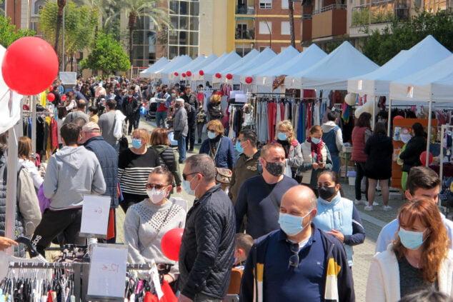 Imagen: La calle la Vía se llena por la feria del estoc de Dénia