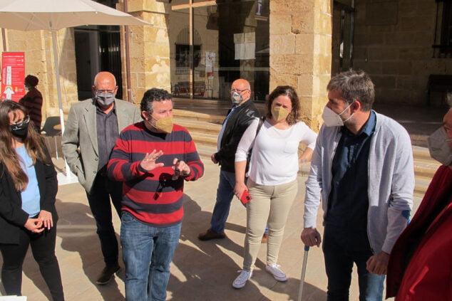 Imagen: Óscar Mengual y Gerard Fullana junto a otros ediles de PSPV y Compromís