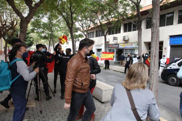 Imagen: Rufián increpado a la llegada al Centre Social por un grupo de fascistas