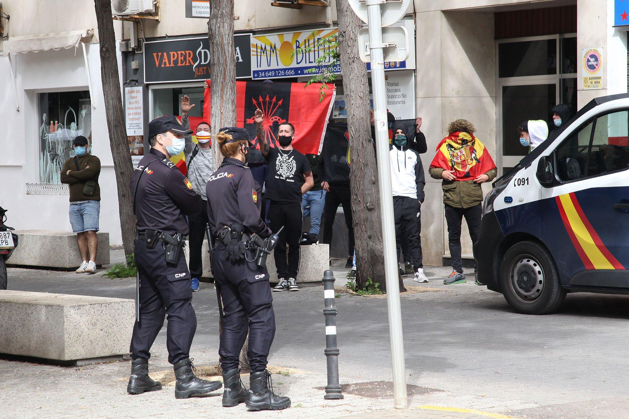 Saludos fascistas contra la presentación del libro de Gabriel Rufián