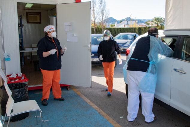 Imagen: Sanitarios realizando PCR en el Hospital de Dénia