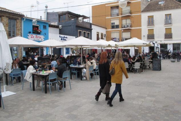 Immagine: terrazze della Plaza Mariana Pineda piene durante la Pasqua
