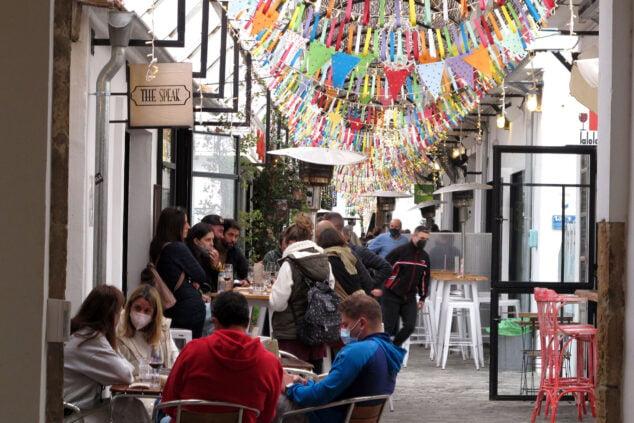 Imagen: Ambiente en locales hosteleros de Dénia durante la Pascua