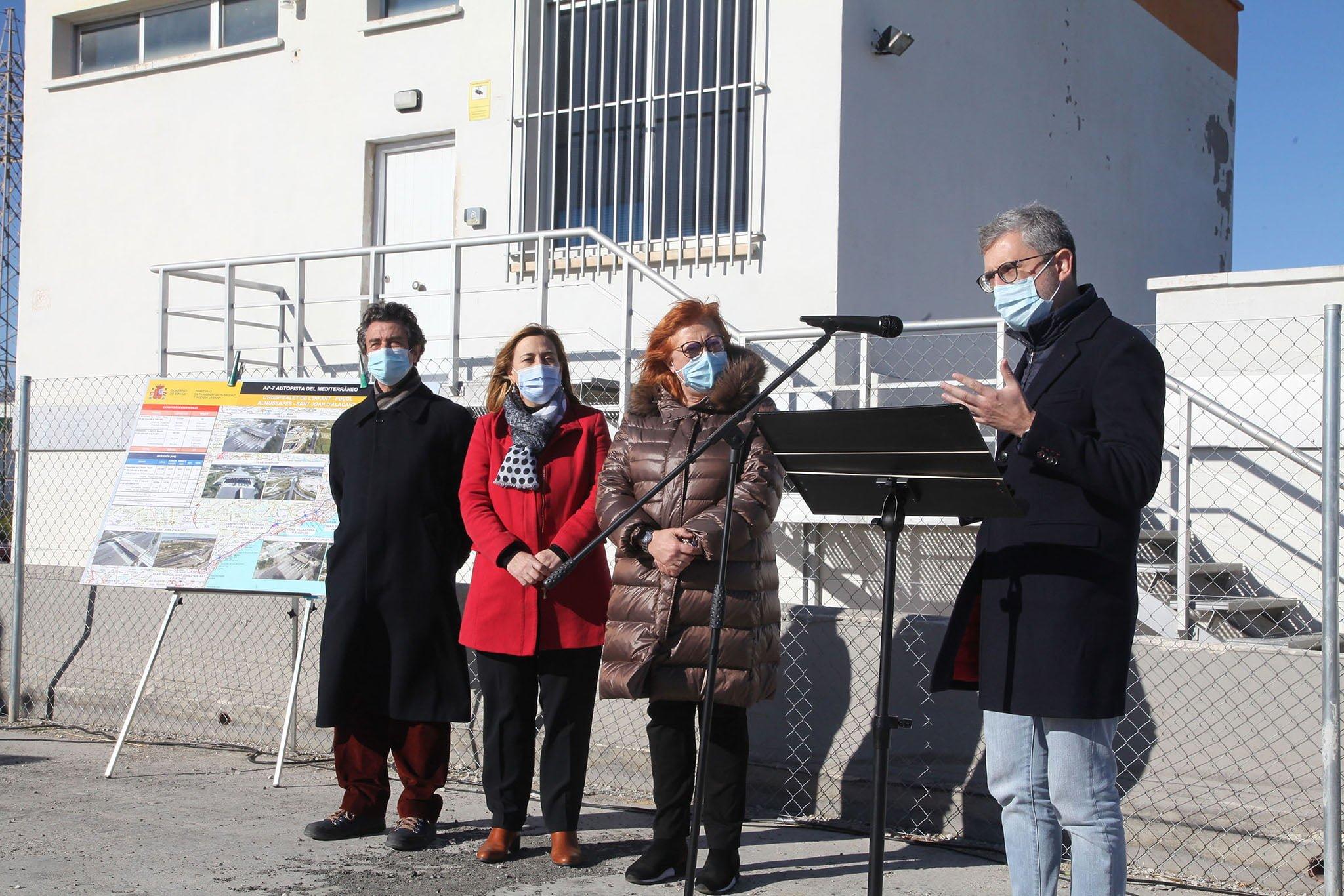 Arcadi España y Gloria Calero celebrando el primer año sin peaje en Ondara