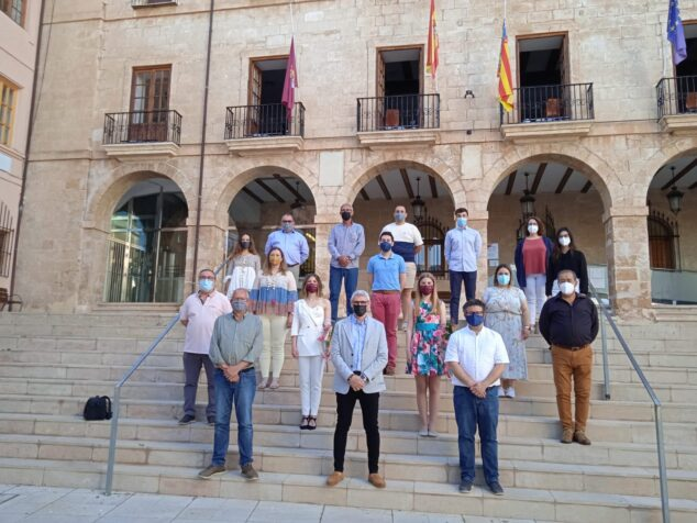 Imagen: Ayuntamiento de Dénia junto a la nueva ejecutiva de la Junta Local Fallera