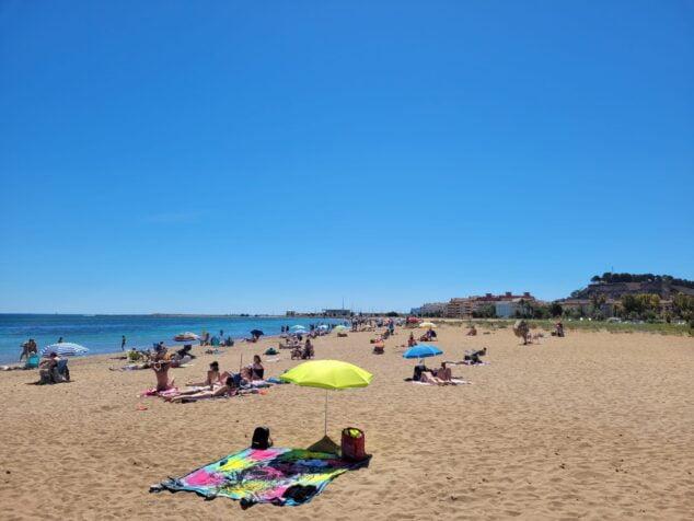 Imagen: Bañistas en la playa de Dénia