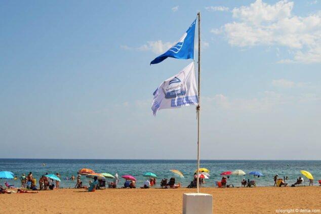 Imagen: Bandera Azul en la playa Les Bovetes