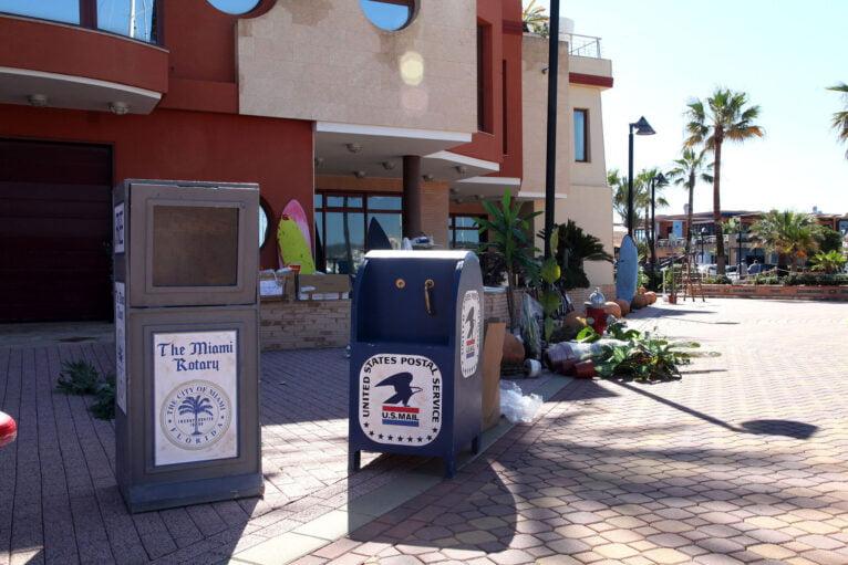 Buzones de correo de Miami decorando la Marina de Dénia