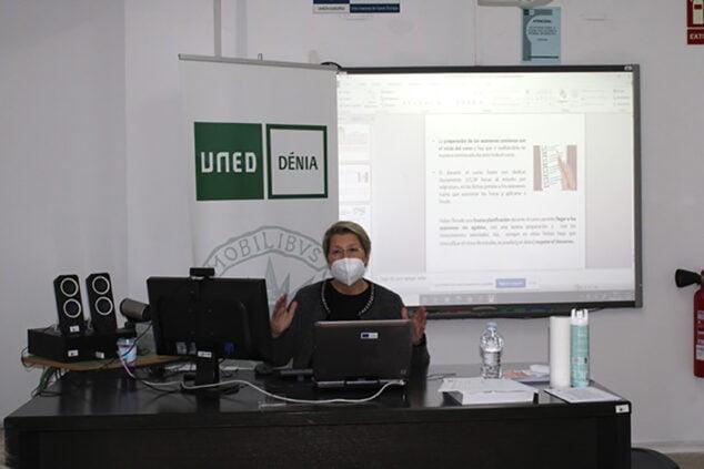 Imagen: Carmen Mas impartiendo la charla en UNED Dénia
