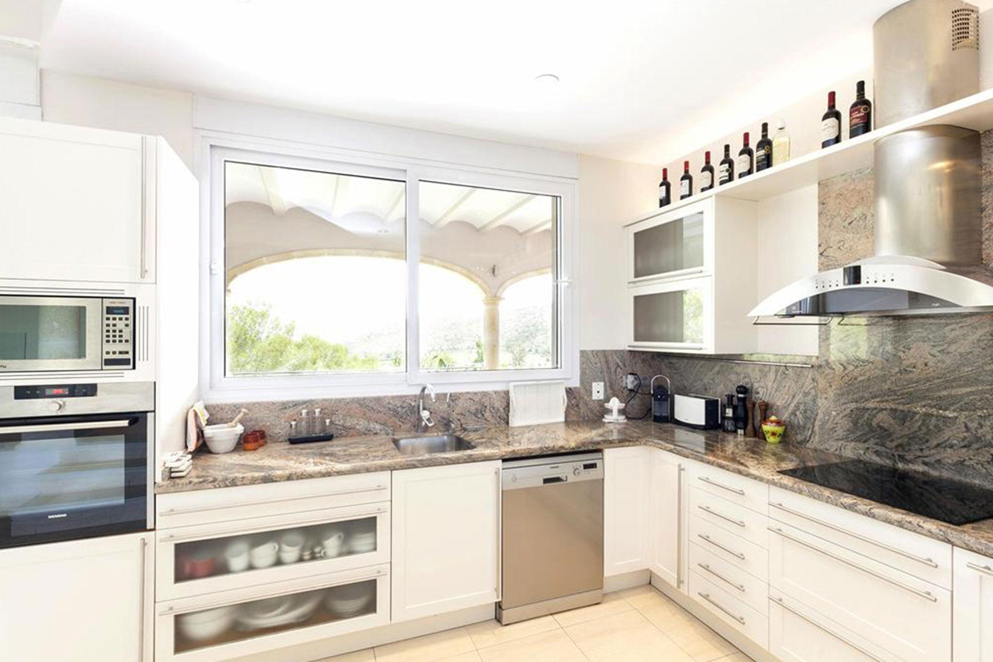 Cocina de una villa de vacaciones con capacidad para ocho personas – Quality Rent a Villa