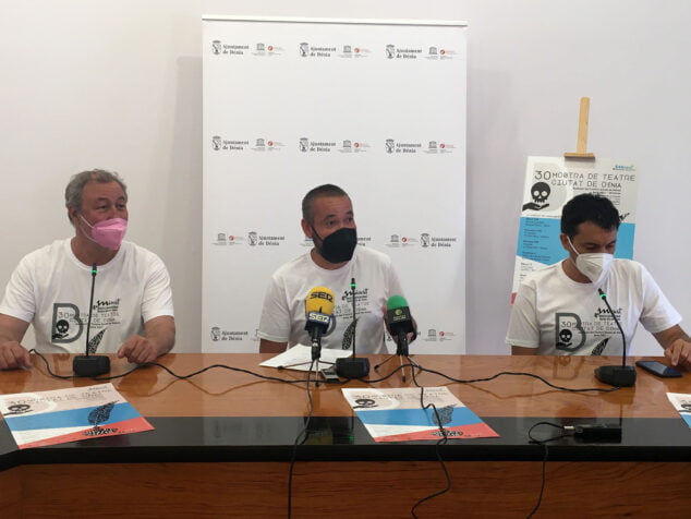 Imagen: De izquierda a derecha, Mario Osmar Passero, director de la Escuela de Teatro Municipal, Juan Sapena, concejal de Juventud, y José Doménech, representante de la asociación ADAHMA