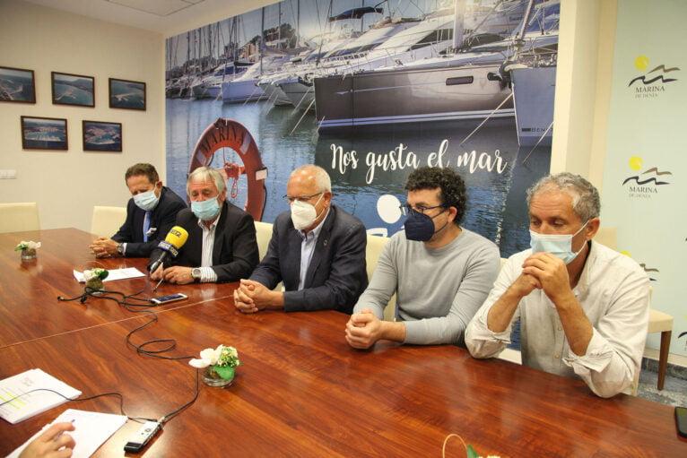 De izquierda a derecha, Nicolás Merle, Gabriel Martínez, director de Marina de Dénia, Vicent Grimalt, alcalde de Dénia, Raúl García de la Reina, concejal de Cultura, y Toni Marí, escultor