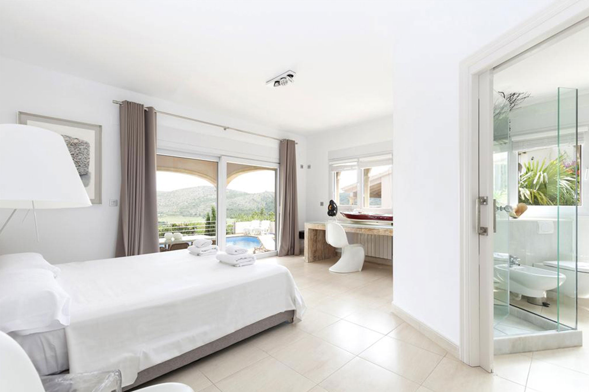 Dormitorio en una villa de vacaciones con capacidad para ocho personas – Quality Rent a Villa