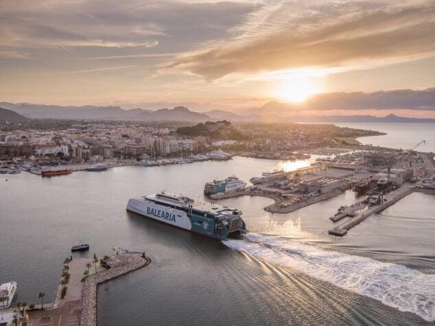 Imagen: El ferry Eleanor Roosevelt entrando en el puerto de Dénia