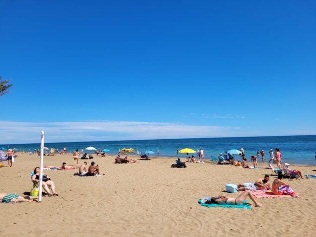 Imagen: Gente disfrutando del buen tiempo en la playa durante el pasado domingo