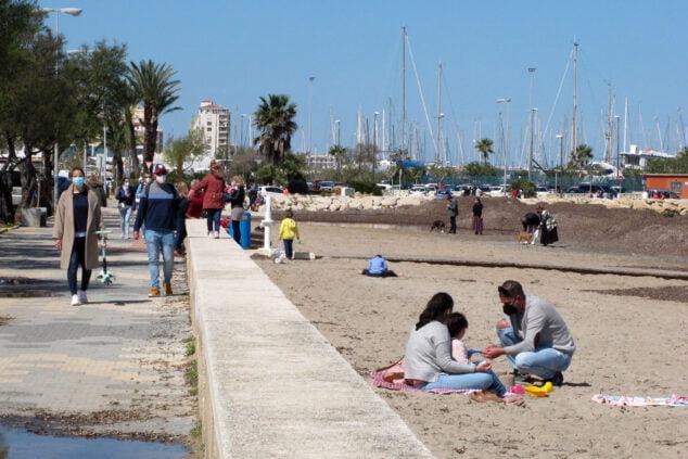 Imagen: Gente paseando y disfrutando de la Marineta Cassiana de Dénia