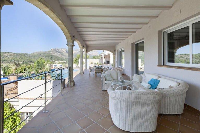 Gran terraza cubierta una villa de vacaciones con capacidad para ocho personas - Quality Rent a Villa