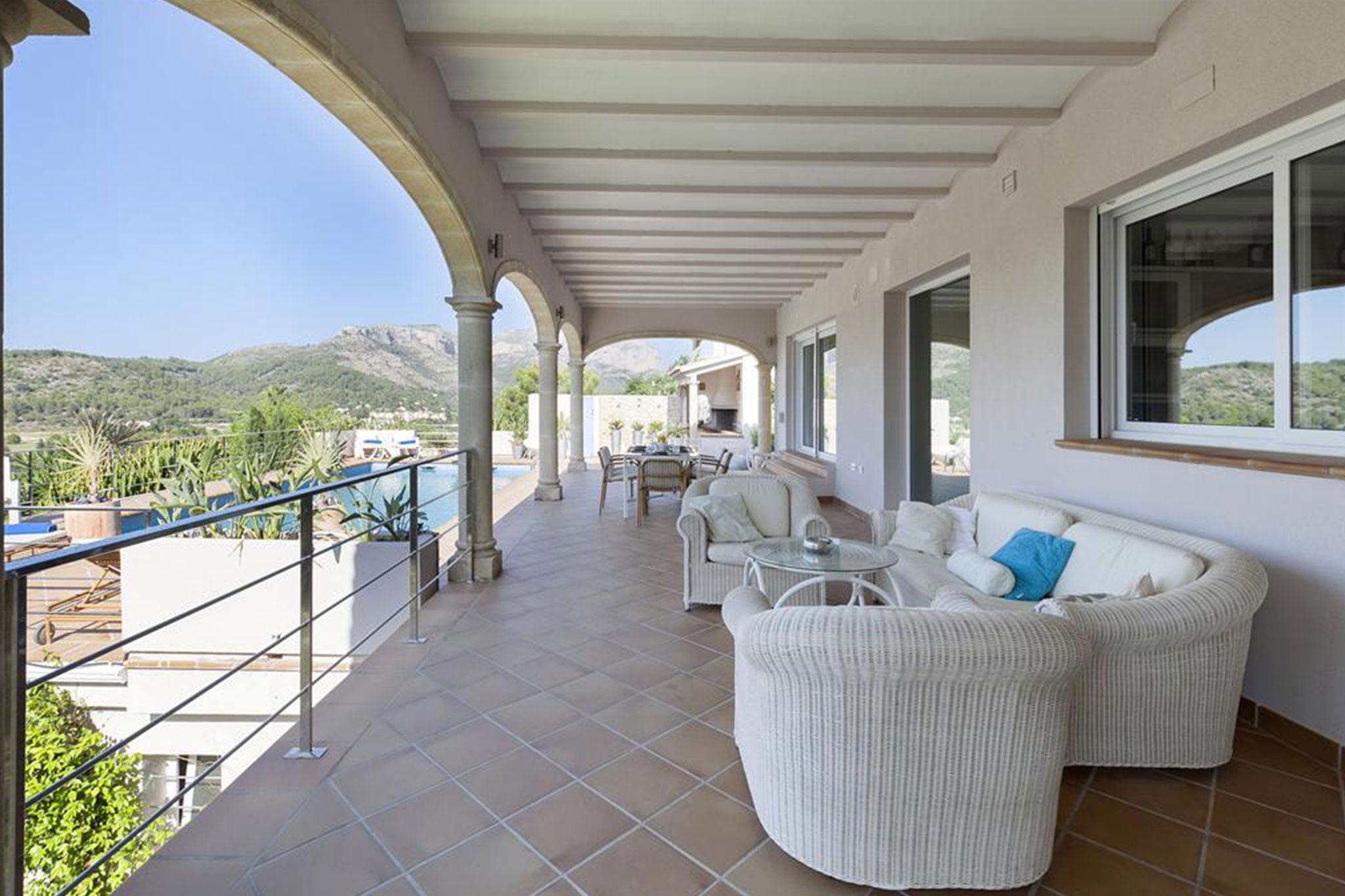 Gran terraza cubierta una villa de vacaciones con capacidad para ocho personas – Quality Rent a Villa