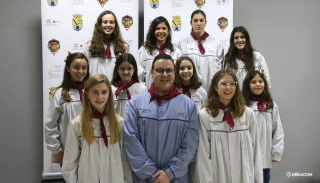 Imagen: Juan Salvador Pérez Llopis, junto a las Falleras Mayores de Dénia, Safir Malonda y Martina Gimeno, y su corte