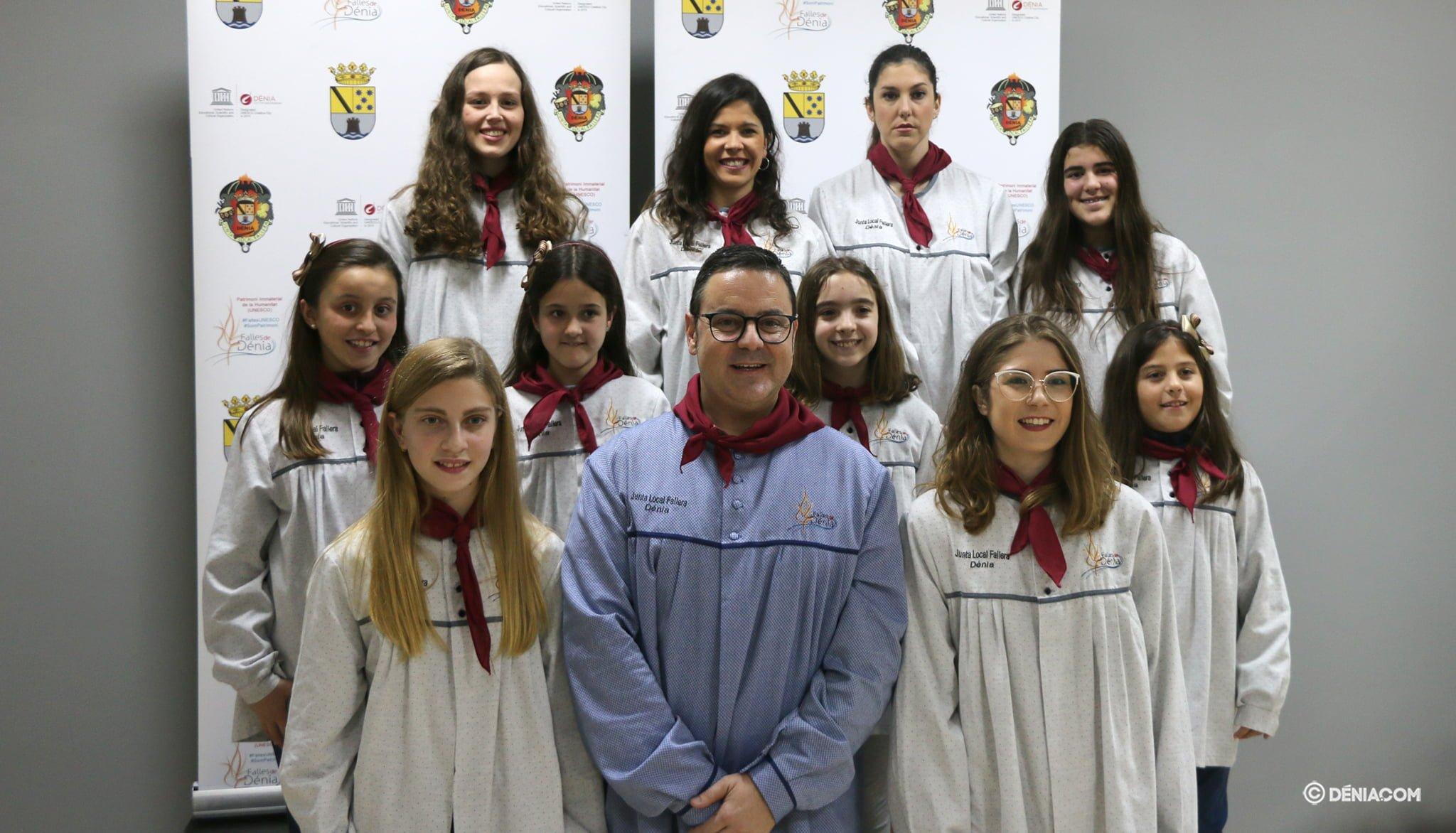 Juan Salvador Pérez Llopis, junto a las Falleras Mayores de Dénia, Safir Malonda y Martina Gimeno, y su corte