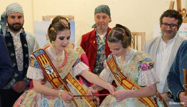 Imagen: Las Falleras Mayores de Dénia, Safir Malonda y Martina Gimeno, en la inauguración de la exposición del Ninot de 2020