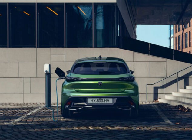 Imagen: El nuevo Peugeot 308 en un punto de recarga - Peumóvil