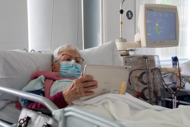 Imagen: Paciente del hospital de Dénia con uno de los dispositivos cedidos
