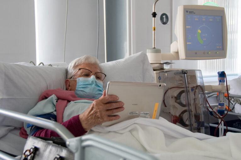 Paciente del hospital de Dénia con uno de los dispositivos cedidos