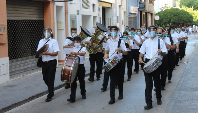 Imagen: Pasacalles de la Agrupación Artística Musical de Dénia durante el verano de 2020