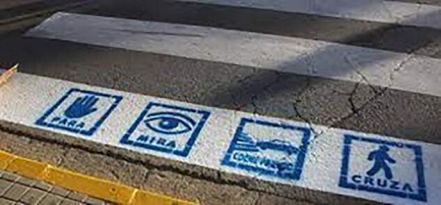 Imagen: Pictogramas de TEAVIAL en un paso de peatones