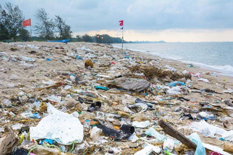 Plásticos acumulados en una playa