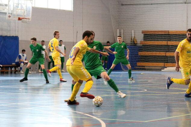 Imagen: Regate de un jugador dianense en el encuentro frente al Cerdanyola FC