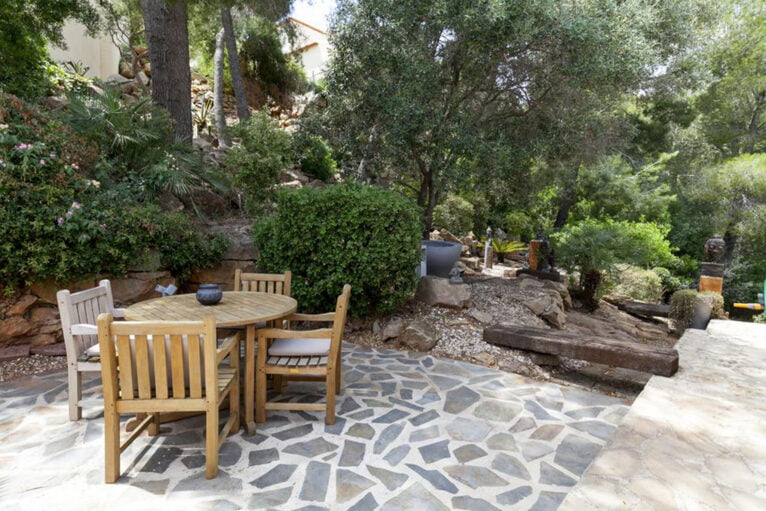 Rincón del jardín de una villa de vacaciones con capacidad para ocho personas - Quality Rent a Villa