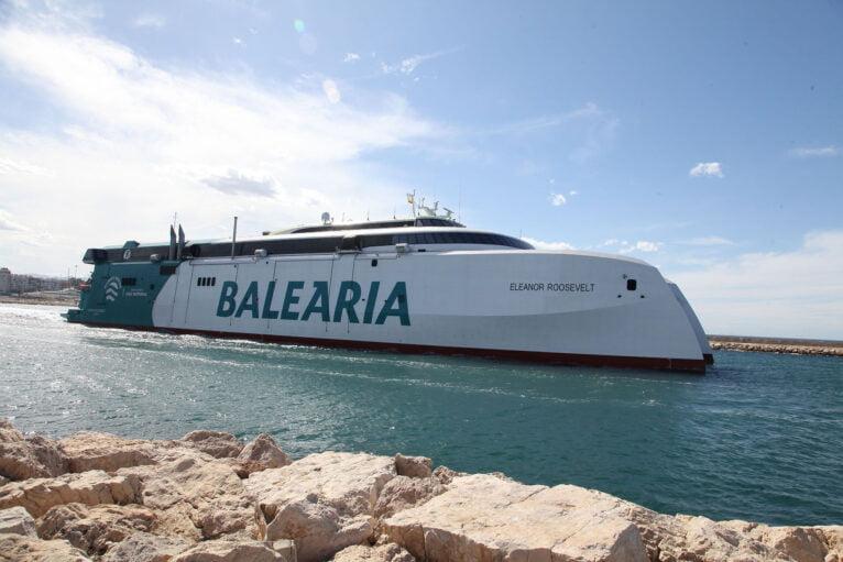 Salida del puerto del Eleanor Roosevelt de Baleària