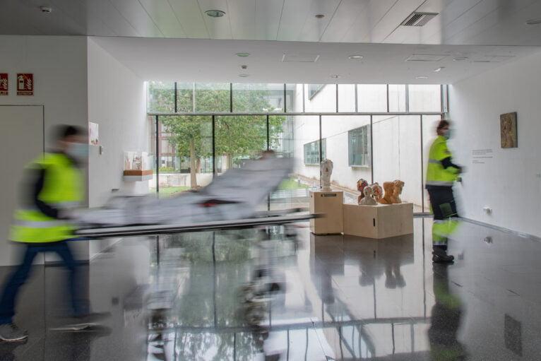 Sanitarios transportando una camilla en el Hospital de Dénia