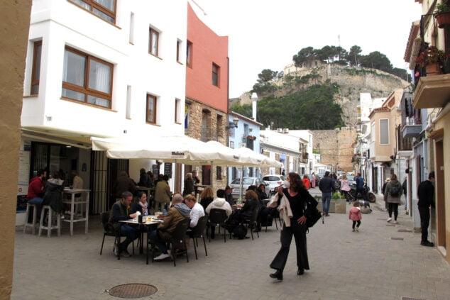 Imagen: Terraza de Baix la Mar con el Castillo de fondo en Pascua
