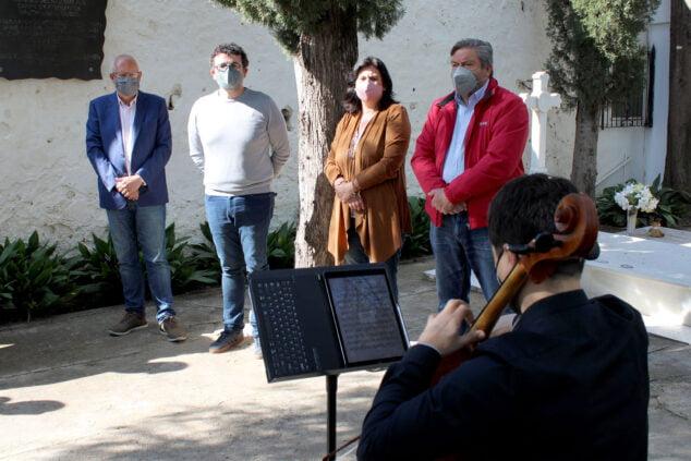Imagen: Vicent Grimalt junto a Raúl García de la Reina, concejal de cultura, Rafa Carrió, portavoz de Compromís, y María Mut, portavoz del PP, en el homenaje