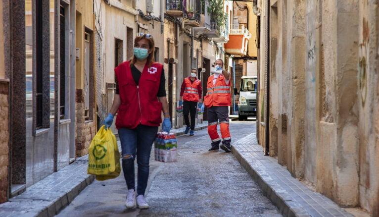 Voluntarios de Cruz Roja entregando alimentos