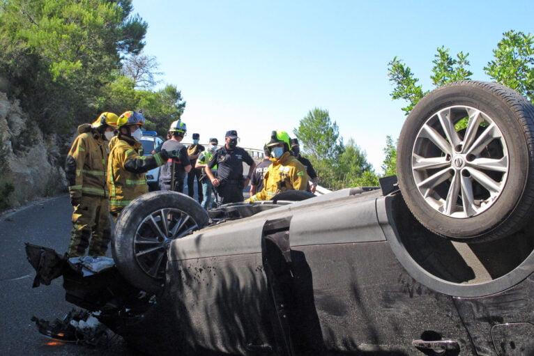 Accidente en Les Planes acaba con un vehículo volcado 02