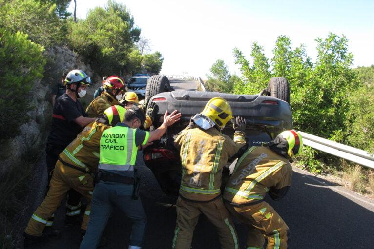 Accidente en Les Planes acaba con un vehículo volcado 03