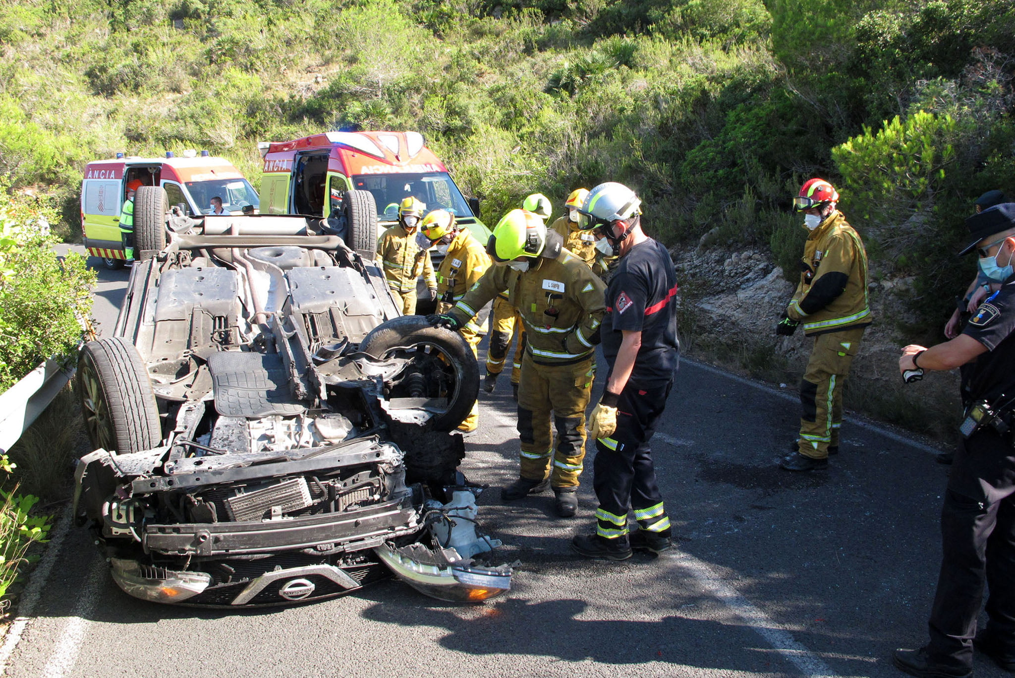 Accidente en Les Planes acaba con un vehículo volcado 06