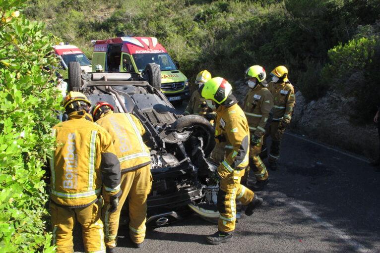 Accidente en Les Planes acaba con un vehículo volcado 07