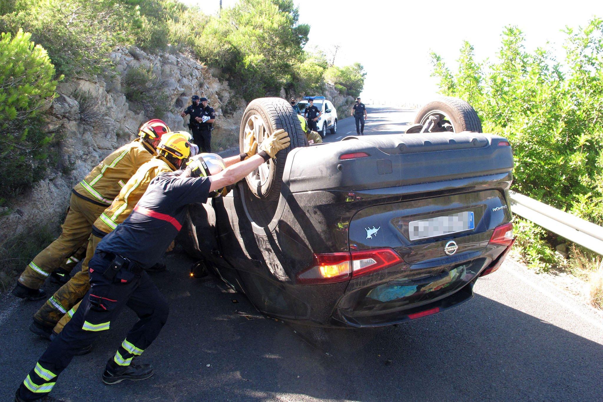 Accidente en Les Planes acaba con un vehículo volcado 08